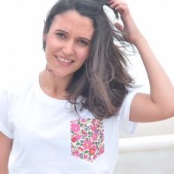 Camiseta chica bolsillo flores rojas