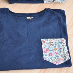 Camiseta azul chico bolsillo flores